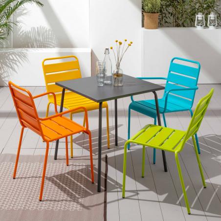 Table en métal et chaises différentes couleurs